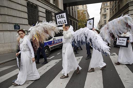 Australiensiska miljöaktivister genomför en demonstration i Paris. Foto: AP/Christophe Ena