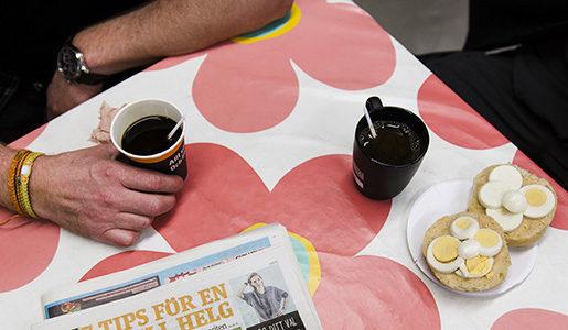 MALM÷ 20151015 Fikabord med kaffe, ‰ggsmˆrgÂs och en Metro Foto Ola Torkelsson / TT / Kod 75777