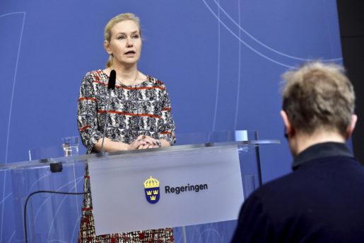 STOCKHOLM 20151218 Infrastrukturminister Anna Johansson (S) informerar om regeringsbeslutet om fˆrordning fˆr id-kontroller under en presstr‰ff i Rosenbad. Foto: Claudio Bresciani / TT / kod 10090