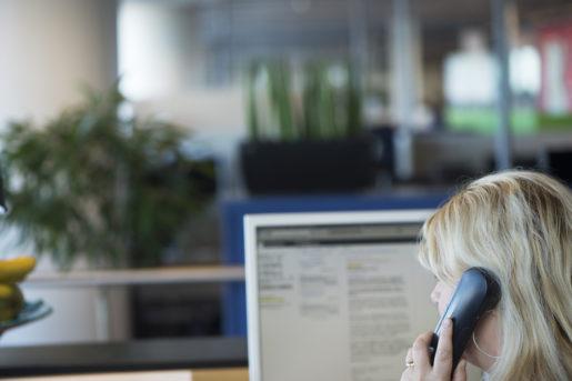 STOCKHOLM 20131016 Kvinnlig receptionist jobbar pkontor och talar i telefon Foto: Fredrik Sandberg / TT / Kod 10180