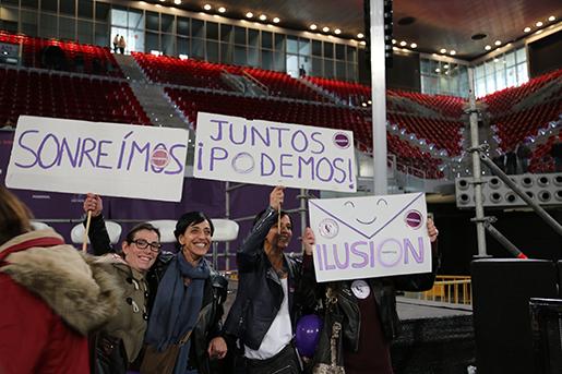 """Gräsrotsaktivister håller upp hemmagjorda plakat på vilka det står: """"Le!"""", """"Tillsammans kan vi!"""" och """"Hopp!"""". Foto: Estrella de la Reguera"""