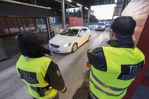 Svinesund 20151204. Fra tollkontrollen mellom Sverige og Norge pSvinesund fredag ettermiddag. Foto: Tor Erik Schr¯der / NTB scanpix / TT / kod 20520
