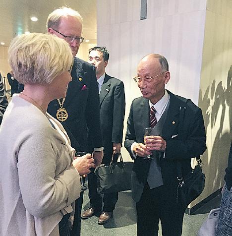 Satoshi Omura hälsar på minister Helene Hellemark Knutsson från utbildningsdepartementet. Foto: Liv Beckström