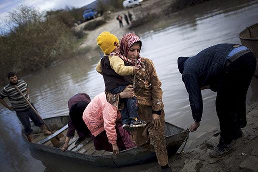 Lämnar landet. En syrisk kvinna har tagit sig över Orontesfloden och stiger i land i Turkiet.Foto: Manu Brabo