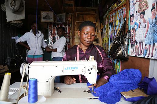 Jessica Awuor har startat ett skrädderi i kåkstaden Korogocho. Foto: Estrella de la Reguera