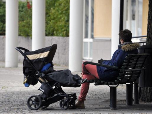 STOCKHOLM 2013-10-11 Mamma med barnvagn kopplar av pen b‰nk. Foto. Hasse Holmberg / TT / kod 96