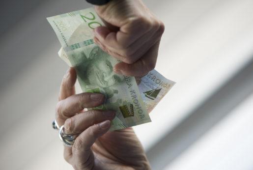 STOCKHOLM 20151002 H‰nder hÂller i de nya svenska sedlarna. Foto: Fredrik Sandberg / TT / Kod 10080