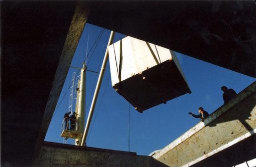 ©SCANPIX SWEDEN, 1991-11-04. Hamnarbete: lastning och lossning. En pall med last lyfts ner i ett hÂl/en ˆppning, sett underifrÂn. Foto: Bjˆrn Larsson Ask/SCANPIX Code: 30092