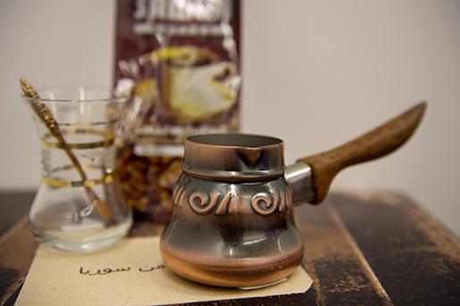 """Kaffepåsen. Abeer, 37, har sparat en tom kaffepåse i kylskåpet som ett minne """"dofter av det sista kaffet från ett Damaskus i fredstid"""". 2011 var sista gången hon kunde resa tillbaka. Nu vet hon inte när hon, eller någon annan, kan köpa mer av kaffet och kryddorna som inte går att hitta i Sverige. Foto: Jessica Gow"""