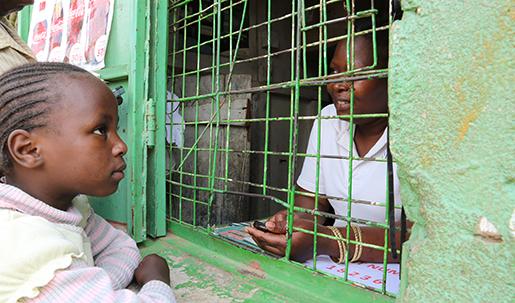 Mercy Wambyi (t.h.) arbetar med att växla sedlar till M-Pesa. I kåkstaden Korogocho i Nairobi är detta betalsystem nästan lika vanligt som kontanter.Foto: Estrella de la Reguera
