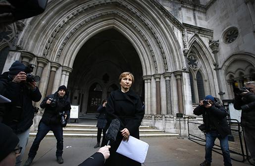 Alexander Litvinenkos änka Marina Litvinenko läser upp ett uttalande i London. Foto: AP Photo/Kirsty Wigglesworth