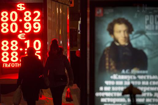 Rubeln faller i Moskva. Foto: AP Photo/Alexander Zemlianichenko