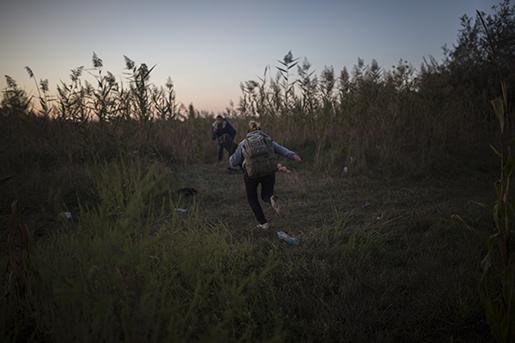 Flyktingar vid EU:s gräns. Foto: AP Photo/Santi Palacios