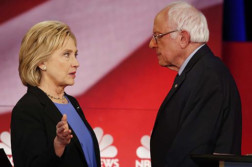 Hillary Clinton och Bernie Sanders i nattens debatt. Foto: AP/Mic Smith