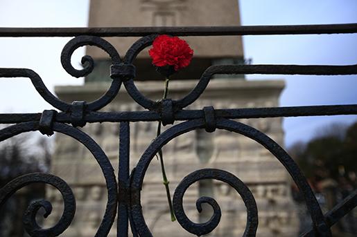 Blommor har lagts på den plats i stadsdelen Sultanahmet i Istanbul, där tisdagens terrorattack ägde rum. Foto: AP /Lefteris Pitarakis