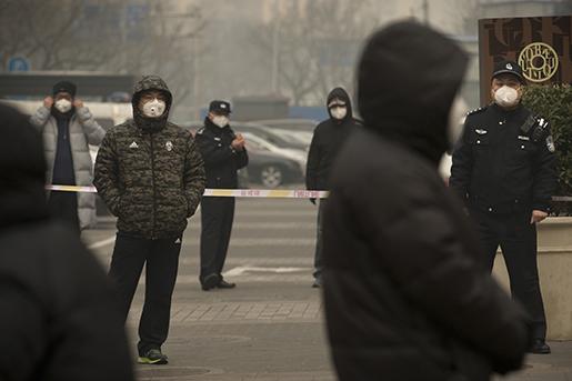 Poliser utanför en domstol i Peking där en rättegång mot en människorättsadvokat pågick i december förra året. Foto: AP/Mark Schiefelbein