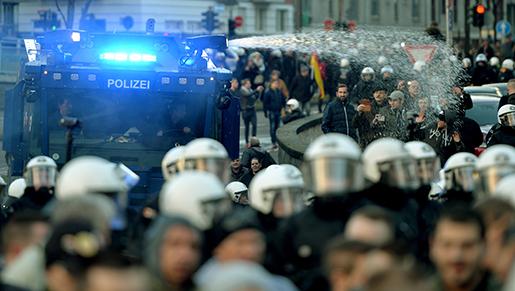Polisens vatterkanoner fick sättas in mot våldsamma högerextremister i Köln i helgen. Foto: Monika Skolimowska/dpa via AP