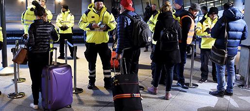 K÷PENHAMN 20160104 ID-kontroll vid tÂgstationen pKastrups flygplats. Totalt har 150 vakter satts i arbete fˆr att utfˆra kontrollerna pflygplatsen - men alla arbetar inte samtidigt.  Foto: Bjˆrn Lindgren / TT kod 9204