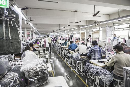 Arbetarne på en textilfabriken i Indien, som bland andra tillverkar kläder åt H&M. Foto: Daniella Backlund / SvD / TT