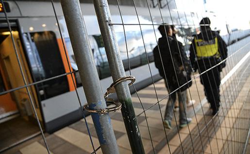 Flyktingar kliver av tåget bakom det nya staketet efter id-kontroll. Foto: Johan Nilsson / TT /