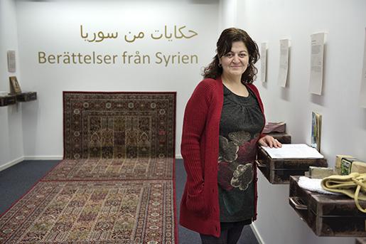 Kristina Ekwall vid sitt eget minne från Syrien, en skrivbok hon hade som 13-åring. Foto: Jessica Gow