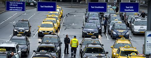 STOCKHOLM 20121018 Taxibilar i taxikˆn utanfˆr terminal 5 pArlanda Foto: Claudio Bresciani / SCANPIX / Kod 10090