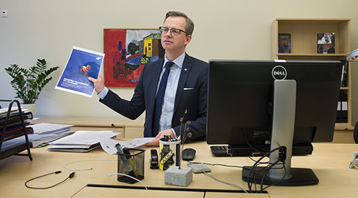 STOCKHOLM 20160120 N‰rings- och innovationsminister Mikael Damberg fotograferad psitt kontor. Foto: Henrik Montgomery / TT / kod 10060