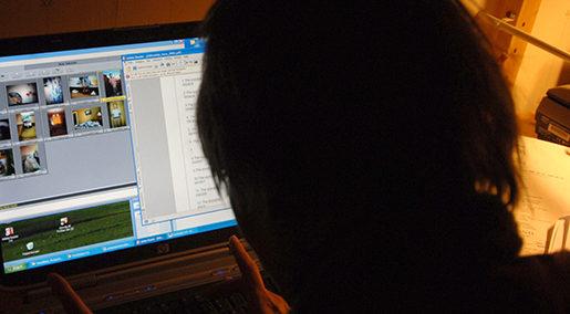 060205. Tjej som surfar psin dator. Foto. Hasse Holmberg. Kod 96 COPYRIGHT SCANPIX SWEDEN