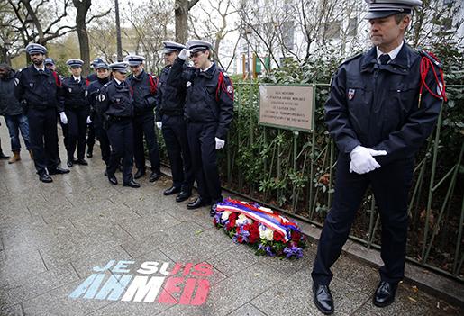 Poliser hyllar sin kollega Ahmed Merabet som dog i terrordåden mot satirtidningen Charlie Hebdo. Foto: Christophe Ena/TT