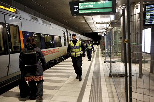 MALM÷ 20160104 Id-kontroller pHyllie station utanfˆr Malmˆ. Den nya lagen om id-kontroller pbussar och tÂg till Sverige tr‰dde i kraft den 21 december, i dag bˆrjar reglerna till‰mpas. Foto: Drago Prvulovic/TT / TT / kod 70040 ***BILDEN F≈R ENBART PUBLICERAS I SAMBAND MED TT:S NYHETSTEXT OM PERSONEN***