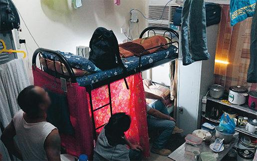 Trångt. I ett litet rum bor sex gästarbetare. De jobbar minst tio timmar om dagen, sex dagar i veckan. Foto: Erik Larsson