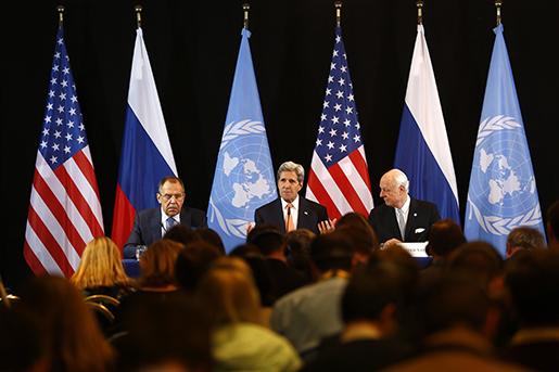 Rysslands utrikesminister Sergej Lavrov, t.v., USA:s utrikesminister John Kerry, och FN-medlaren Staffan de Mistura vid en presskonferens på fredagen. Foto: AP Photo/Matthias Schrader