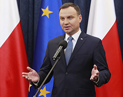 Lagförslaget undertecknades av den polske presidenten Andrzej Duda den 6 januari.  Foto: Czarek Sokolowski/AP-TT