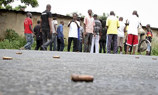 Patronhylsor på gatan i Burundis huvudstad Bujumbura, efter oroligheter i december förra året. Foto: AP