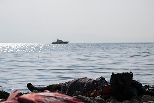 En död man som sköljts upp på en strand i Ayvacik i Turkiet i lördags. En båt ed flyktingar på väg mot Grekland slog klippor och kapsejsades. Minst 33 människor omkom. Fem var barn. Foto: AP Photo/Halit Onur Sandal