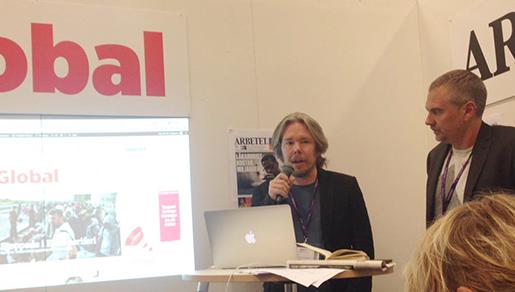 Erik de la Reguera och Erik Larsson vid lanseringen av Arbetet Global på Bokmässan 2015. Foto: Arbetet