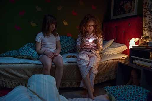 Siv (Astrid Lövgren) sover över hos Cerisia (Lilly Brown) och upptäcker en ny social miljö som vidgar hennes värld. Foto: Karolina Pajak
