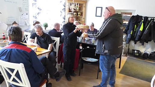 Robert Löw lämnar över en tårta till platsombudet Siv Andersson på Skultuna Messingsbruk, där samtliga anställda numera är medlemmar i facket.Foto: Tony Lundin