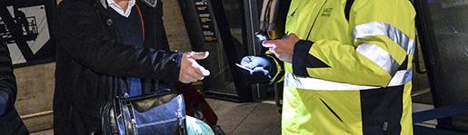 K÷PENHAMN 2015-01-04 Monica och Alexander Klein fÂr sina id kontrollerade innan avgÂng. Det fˆrsta id-kontrollerade ÷resundstÂget avgick efter midnatt frÂn Kastrups perrong ett natten till mÂndagen. Fem kontrollomrÂden med 34 slussar monterades upp pperrongen vid Kastrup tÂgstation, Kˆpenhamns flygplats, psˆndagskv‰llen. Den 4 januari startade ID-kontrollerna av samtliga passagerare mellan Sverige och Danmark som anl‰nder till Kastrup tÂgstation. Foto: Johan Nilsson / TT / Kod 50090