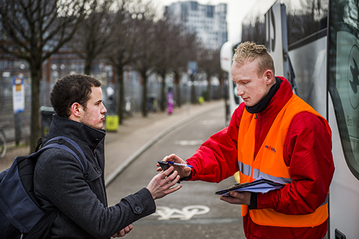 Fredrik Brøndum, Eurolines, är inhyrd för att kontrollera ID. Han har fått avhysa en del resenärer som saknat giltig legitimation, berättar han. Foto: Emil Langvad