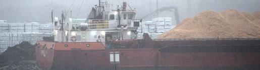VARBERG 2016-01-29 Whiskey Trio i regn och dis i hamnen i Varberg. Det Panamaflaggade fartyg som ertappats med undermÂlig s‰kerhetskultur kan komma att bli kvar l‰nge i hamnen i Varberg. Whiskey Trio, med bland annat explosiva varor i lasten, har varit fˆremÂl fˆr en fortsatt inspektion och sÂv‰l gamla som nya brister uppt‰cktes. - Det handlar om underhÂllsrutiner som lett till tekniska brister och om s‰kerhetskulturen ombord, s‰ger Tomas ≈strˆm pTransportstyrelsen. - Nu ‰r det upp till fartyget att Âtg‰rda bristerna innan vi kan gˆra en avsyning. Innan detta har skett kommer fartyget inte att fl‰mna Varberg, och det kan drˆja. Foto: Johan Nilsson / TT / Kod 50090