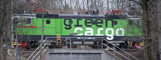 ENK÷PING 20130418 Ett tÂg frÂn Green Cargo passerar pen bro ˆver en gÂngtunnel Foto: Fredrik Sandberg / SCANPIX / Kod 10180