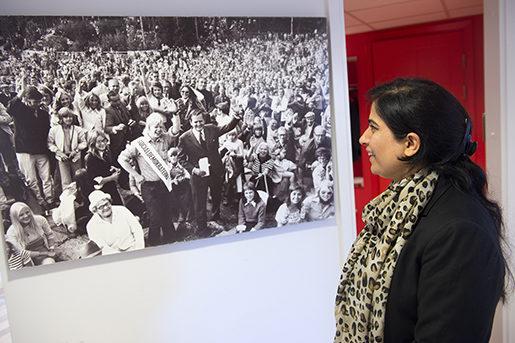 Då Malaia Joya besökte Palmecentrets lokaler i Stockholm fastnade hon framför en bild tagen av fotografen Stig-Göran Nilsson som 1982 följde Olof Palme under valrörelsen. Bilden hon tittar på föreställer Olof Palme i en folksamling. Foto: Henrik Montgomery/TT