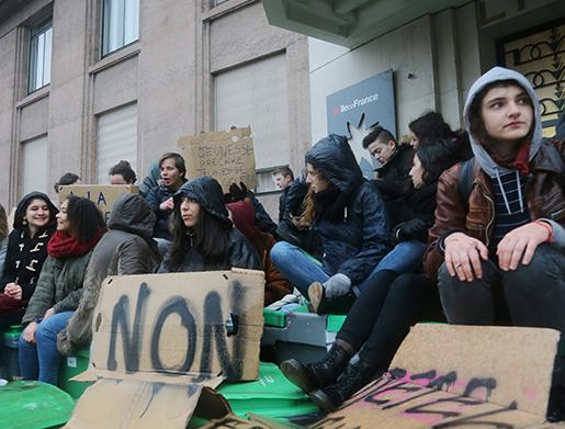 Elever protesterar utanför en högstadieskola i Paris på onsdagen. Foto: AP Photo/Jacques Brinon