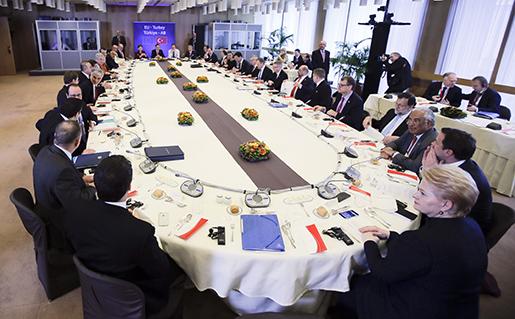 Bordet där EU-ledarna och Turkiets premiärminister möttes på måndagen. Foto: Olivier Hoslet, Pool Photo via AP