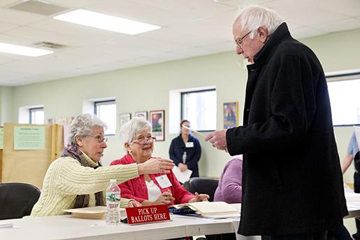 Den demokratiske kandidaten Bernie Sanders röstade tidigt på tisdagen i sin hemstat Vermont. Foto: AP Photo/Jacquelyn Martin