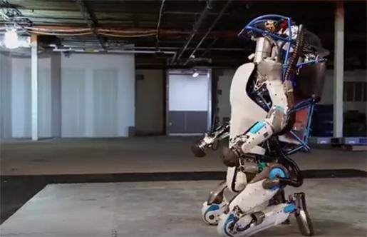 Roboten reser sig. Foto: Skärmdump
