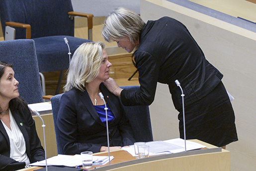 STOCKHOLM 20141023 Finansminister Magdalena Andersson (S) talar med Ulla Andersson (V) under riksdagsdebatten om budgetpropositionen. Foto Fredrik Sandberg / TT kod 10080