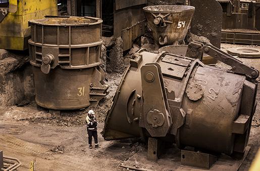 En drifttekniker undersöker att den liggande skänken är ordentligt rengjord från järn. Den här skänken används för att flytta smält råjärn. Foto: Marcus Ericsson