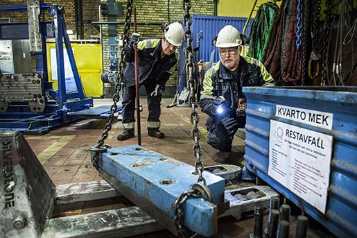 Leo Luokkanen och Owe Pettersson ska byta ut delar i valsverket.Foto: Marcus Ericsson